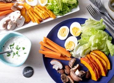 L'apéritive : oeufs durs, crudités, courge rôtie et yaourt à la ciboulette