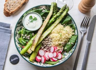 Assiette de printemps : asperges rôties, radis, pousses d'épinard et sauce au cerfeuil