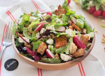 La croquante : salade, radis, Feta, noix, croûtons au paprika fumé