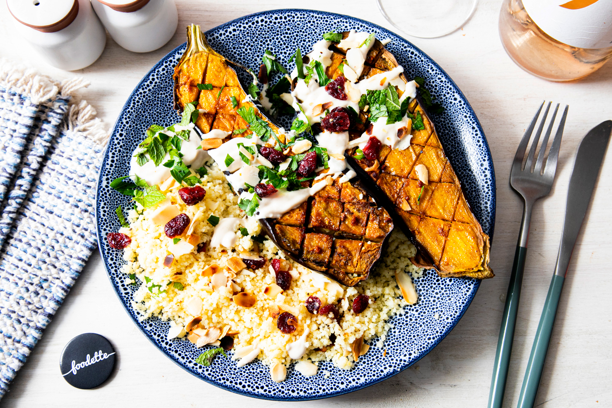 Aubergines rôties, sauce tahini et semoule aux amandes