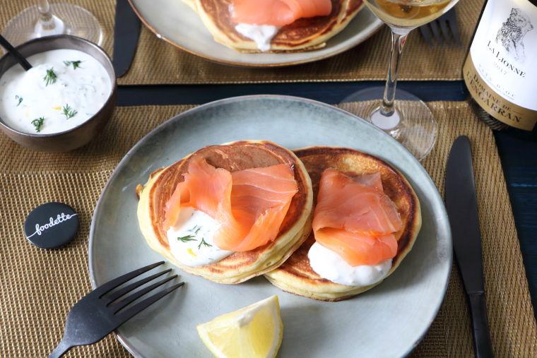 Blinis maison, saumon fumé artisanal et yaourt à la vodka (entrée)
