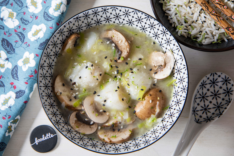 Bouillon de poisson asiatique et riz parfumé au sésame noir