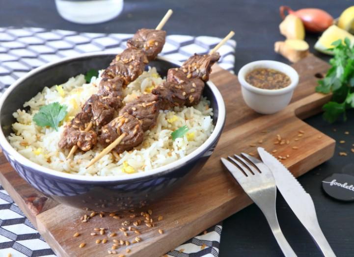 Brochettes de boeuf au sésame, riz au gingembre