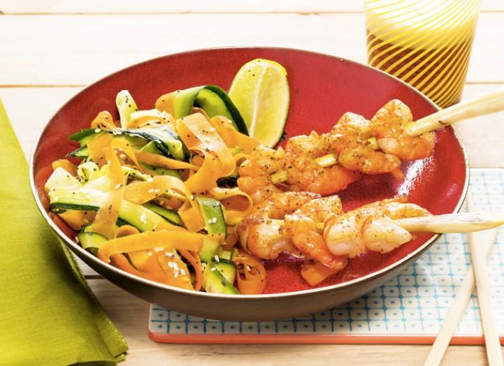 Brochettes de crevettes et légumes sautés