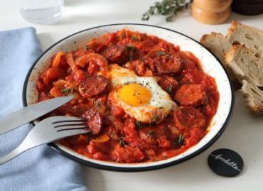 Mijoté de tomates et poivrons, oeuf et chorizo grillé