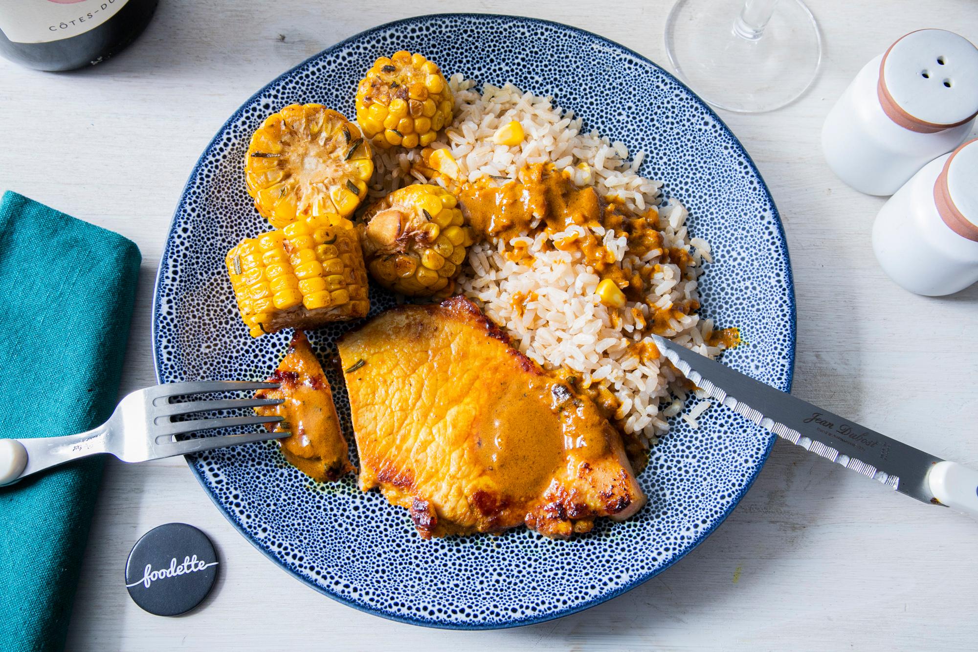 Porc au curcuma, riz et maïs grillé