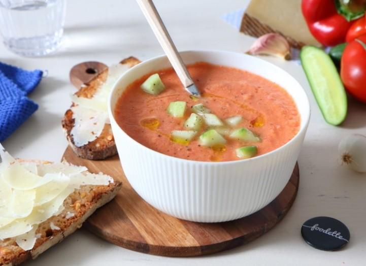 Gaspacho, pan con tomate y Manchego