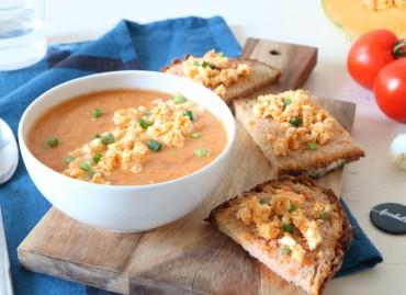 Gaspacho de melón y pan con tomate