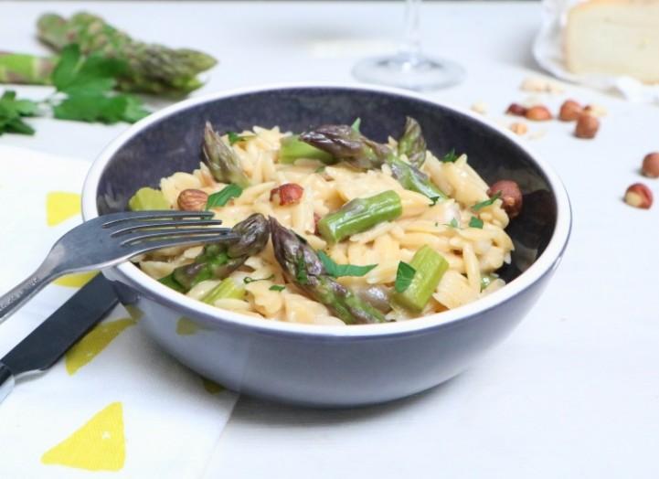Pastasotto aux asperges, noisettes et Taleggio