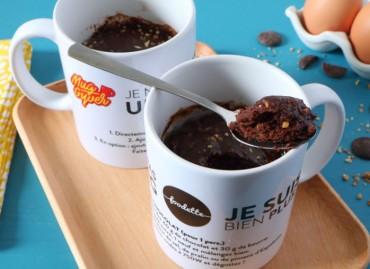 Mug cake au chocolat noir et pralin