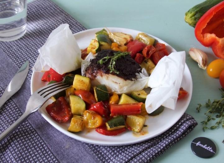 Papillote de poisson à la crème d'olives et légumes rôtis