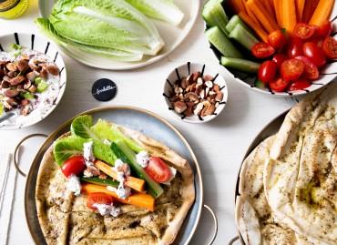 Pitas au zaatar, yaourt sumac/amande et légumes de saison