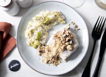 Crumble noisette de poisson et fondue de poireaux à la crème