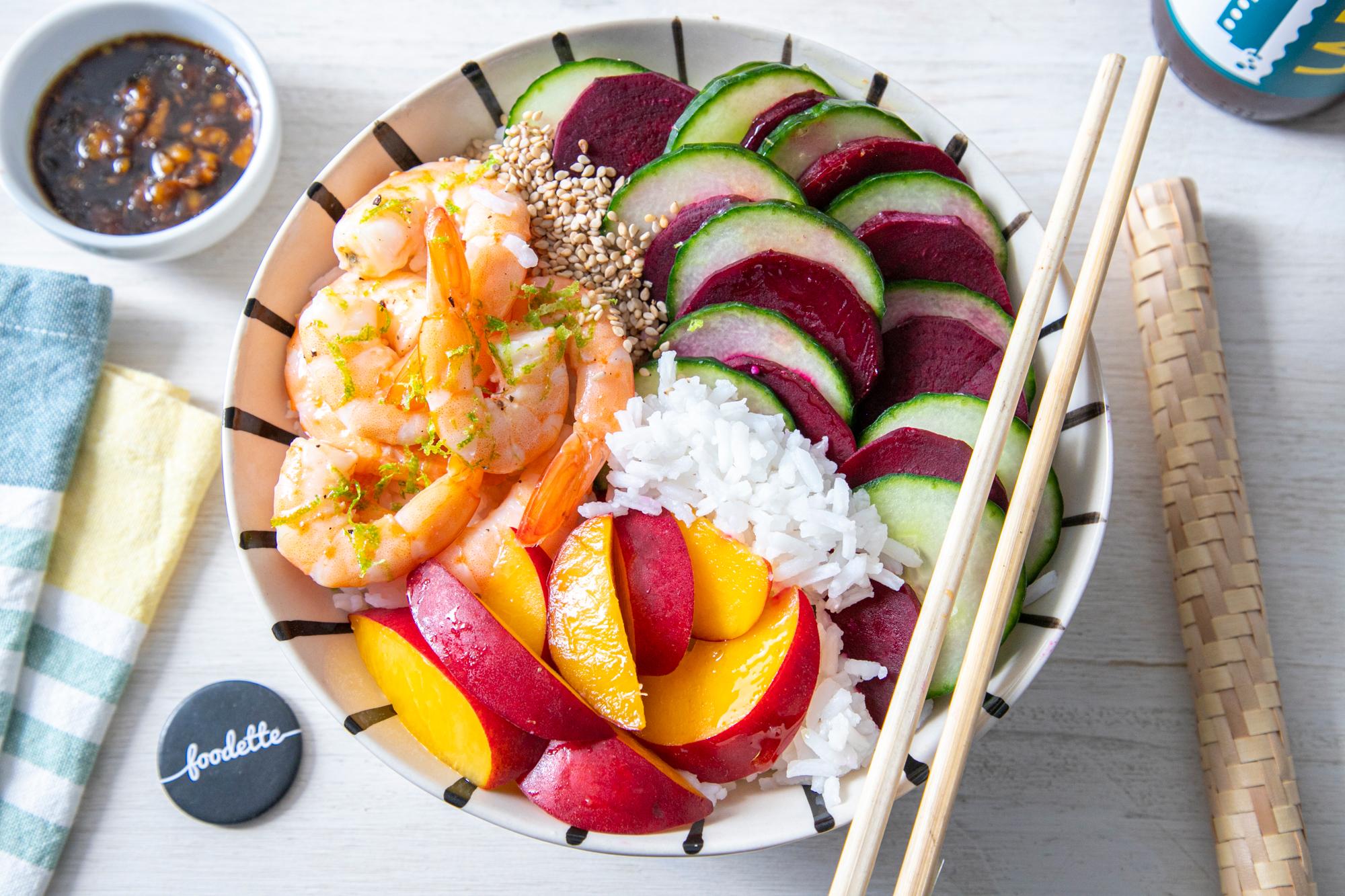 Poké bowl aux crevettes, concombre et nectarine