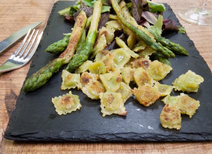 Salade sautée : Ravioles grillées et asperges poêlées