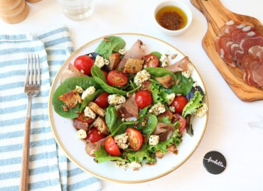 Salade estivale à la Coppa et Feta rôtie