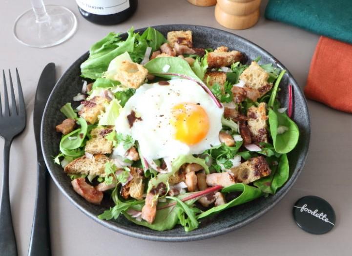 Salade lyonnaise au lard grillé et oeufs pochés