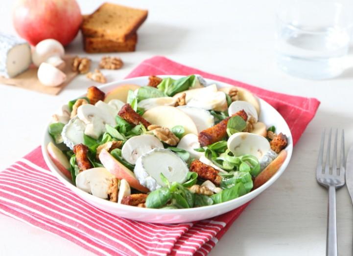 Salade de Sainte-Maure au pain d'épices artisanal grillé
