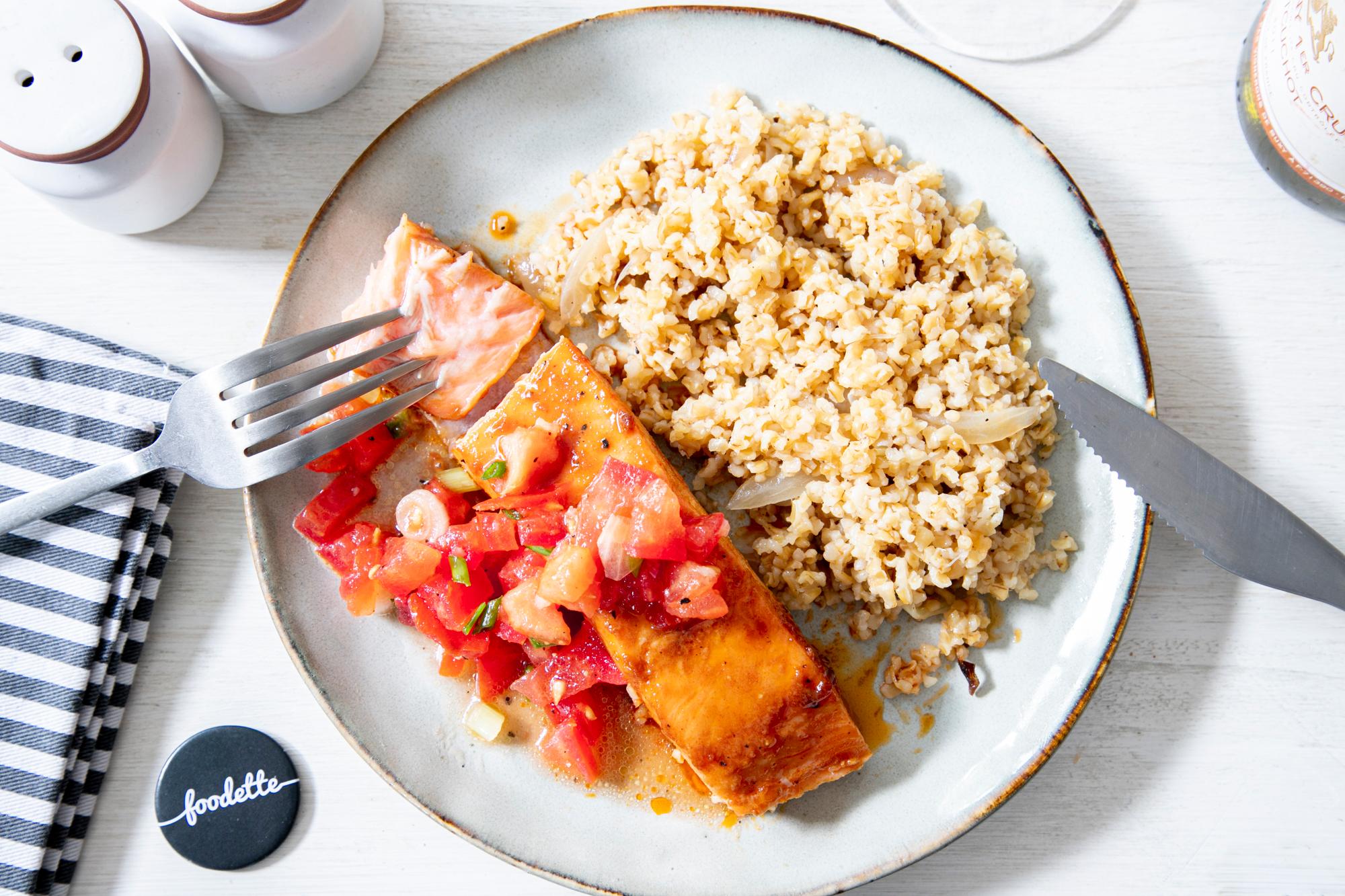 Saumon laqué au sirop d'érable, boulgour pilaf et sauce vierge
