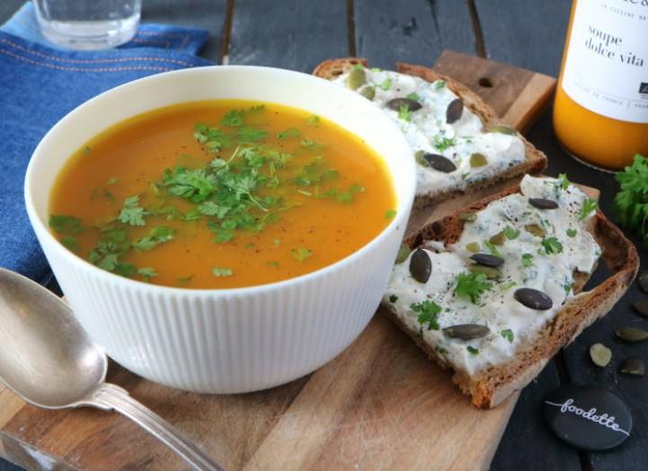Soupe Dolce Vita, tartines au fromage frais et cerfeuil