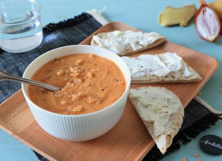Soupe corail-curry-coco et pita au fromage frais