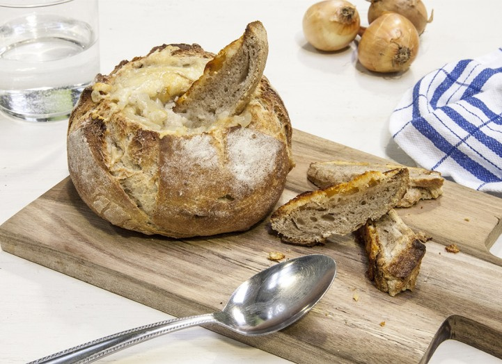 Soupe à l'oignon en boule de pain