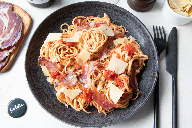 Spaghetti à la sauce tomate pimentée, Coppa et Grana