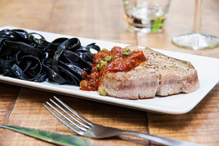 steak de thon fa on calabraise et tagliatelles l 39 encre la recette de steak de thon fa on. Black Bedroom Furniture Sets. Home Design Ideas
