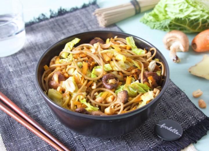 Wok de légumes sautés et nouilles soba