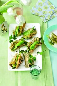 Rouleaux d'omelette aux herbes et aux asperges, sauce à la coriandre