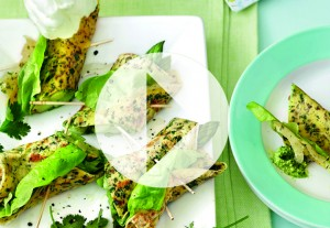 Rouleaux d'omelettes aux herbes et aux asperges et sauce à la coriandre
