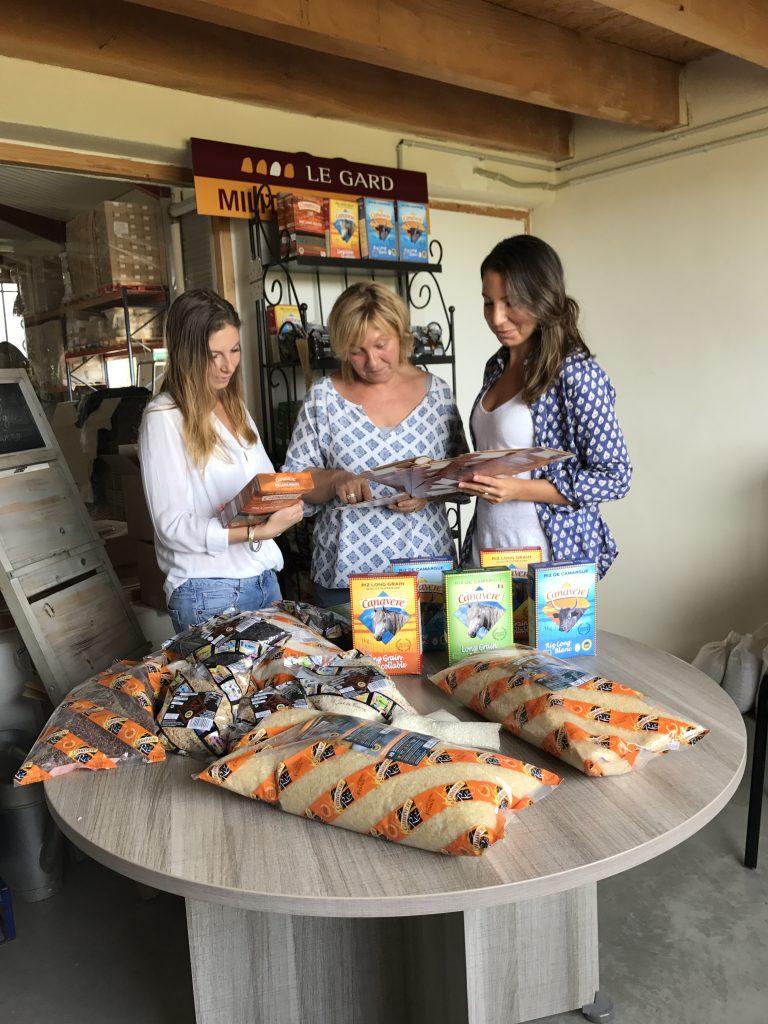 Françoise et ses filles devant les nouveaux packaging de la gamme de riz grande distribution.